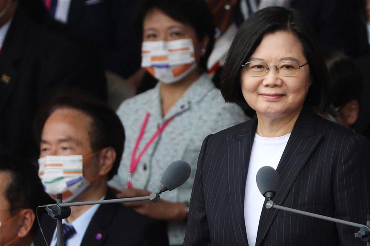 演説で中国に対話を呼びかけた台湾の蔡英文総統(右)=10日、台北(ロイター)