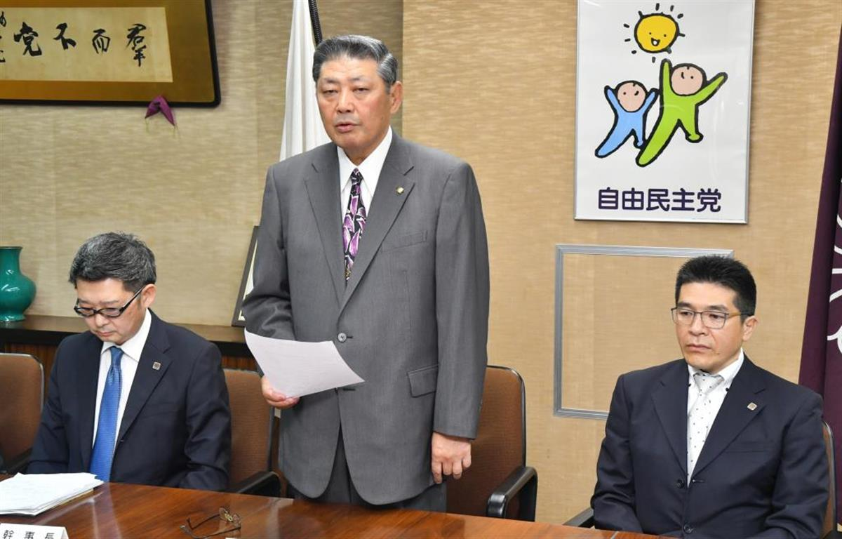 執行部会後、記者会見する自民党福岡県連の原口剣生会長(中央)
