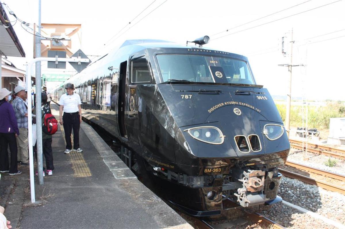 黒光りした車体が特徴のJR九州の観光列車「36ぷらす3」=佐賀県鹿島市