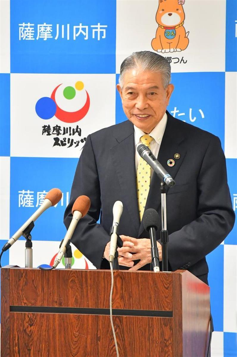 記者会見に臨む鹿児島県薩摩川内市の岩切秀雄市長