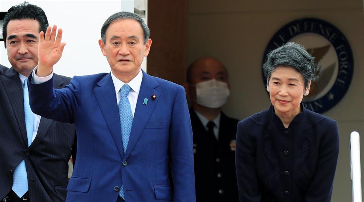 就任後、初の外遊のため羽田空港を出発する、菅義偉首相(中央)と真理子夫人(右)=18日午後、羽田空港(松本健吾撮影)