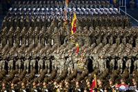 真夜中の北朝鮮軍事パレード、米に「いつでも戦う」準備を誇示