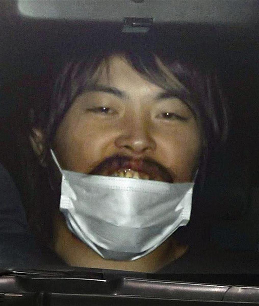 送検のため大阪府警南署を出る「へずまりゅう」こと原田将大容疑者=18日午前9時