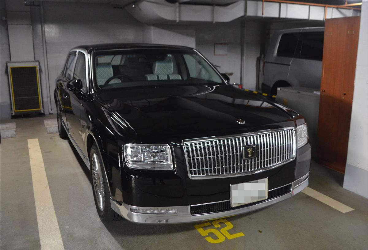 兵庫県議会議長の公用車。県知事の公用車も同車種だ=神戸市中央区(一部画像処理しています)