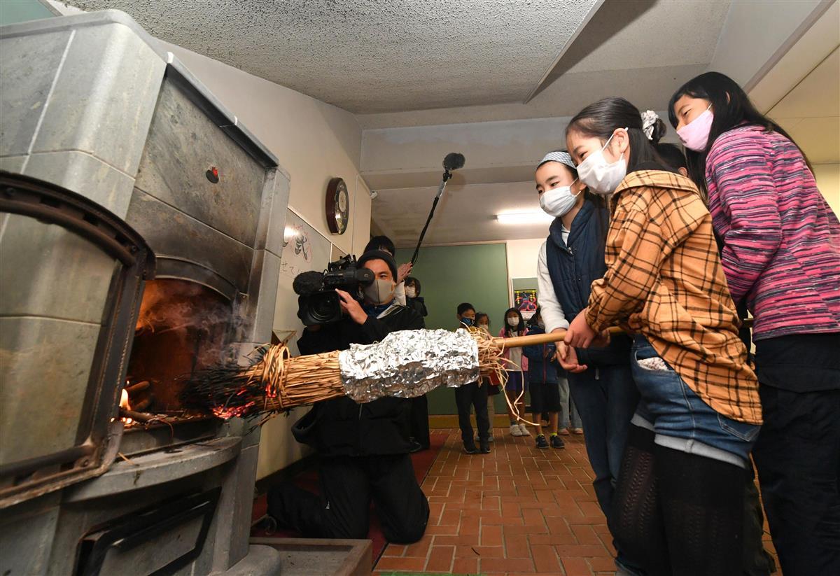 冬はもうすぐ…神戸・六甲山小学校、まきストーブに火入れ