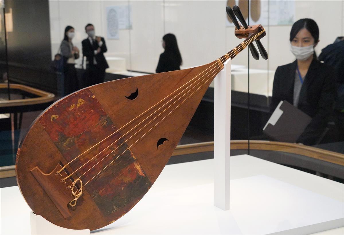 第72回正倉院展の内覧会。写真は紫檀槽琵琶=23日、奈良市の奈良国立博物館(前川純一郎撮影)