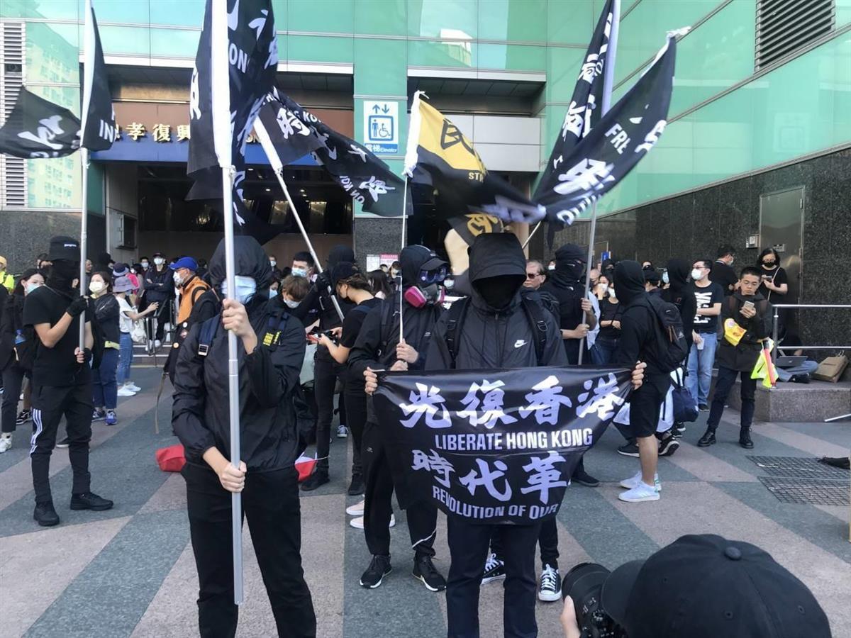 台北市中心で25日、香港の民主化を支援するデモが行われ、香港で暮らす家族への影響を考量して多くの若者は覆面で参加した