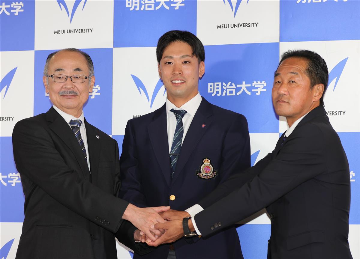 写真:会見でフォトセッションに応じる明治大・入江大生(中央)