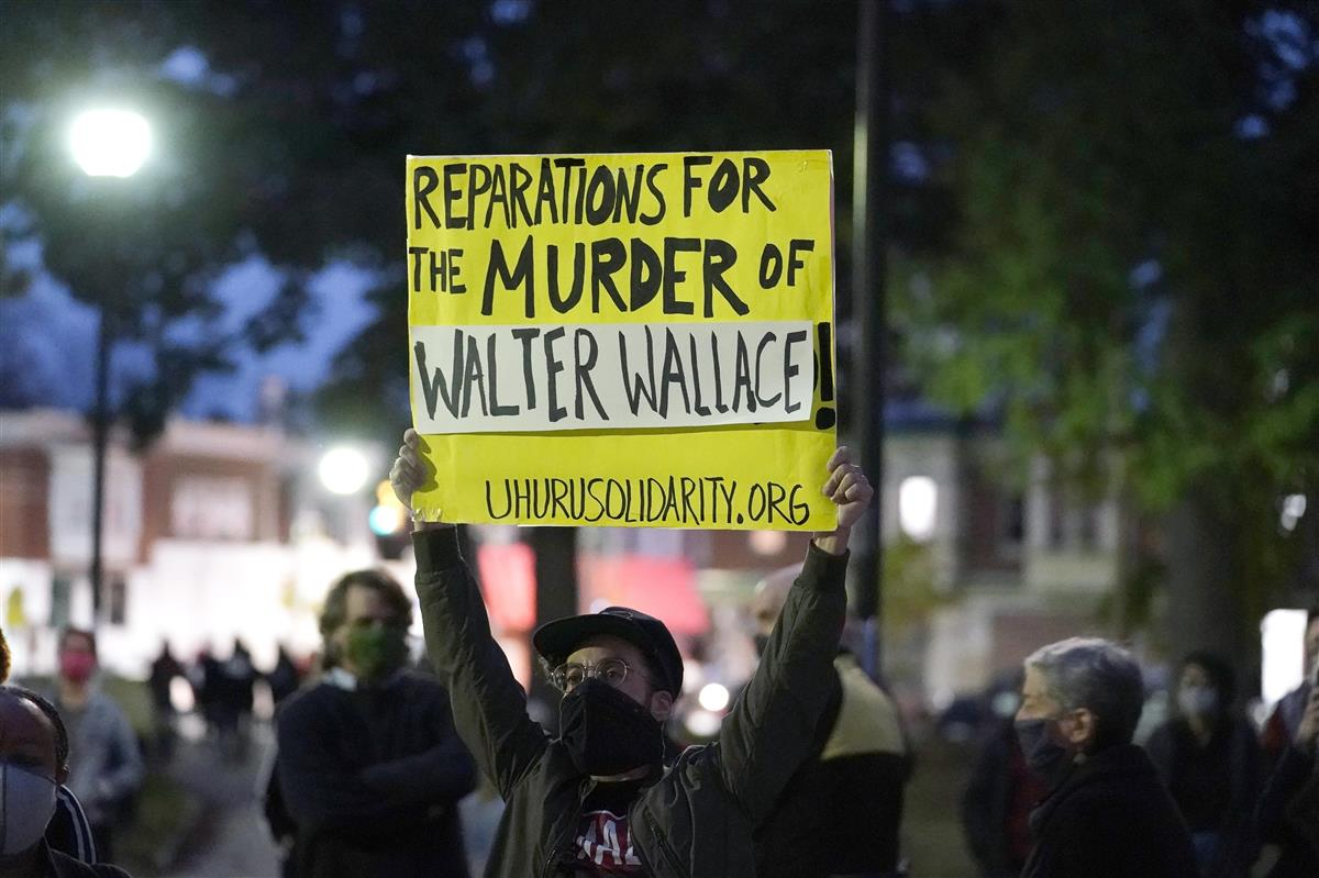 抗議のために集まった市民ら=27日、フィラデルフィア(AP)