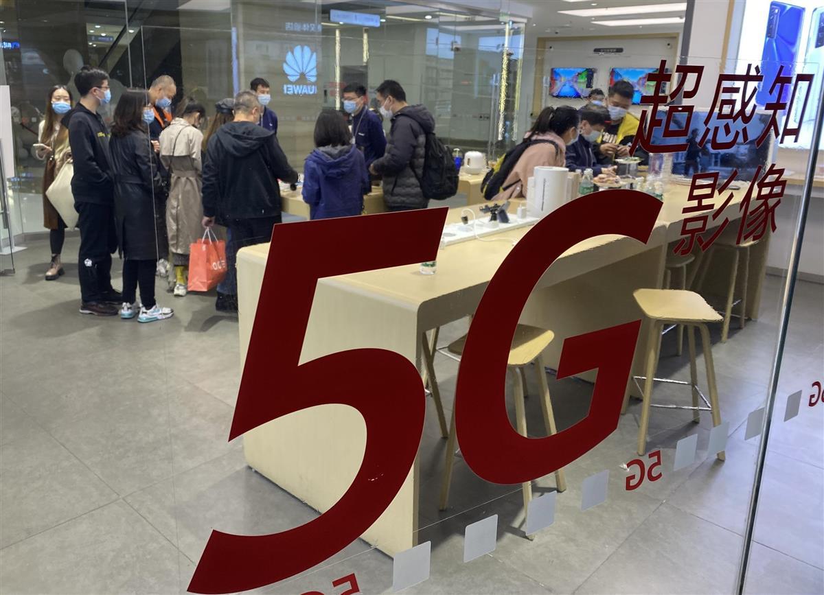 北京市内の華為技術(ファーウェイ)のスマートフォンを販売する店舗。5G対応スマホの販売好調が続いている=10月30日(三塚聖平撮影)