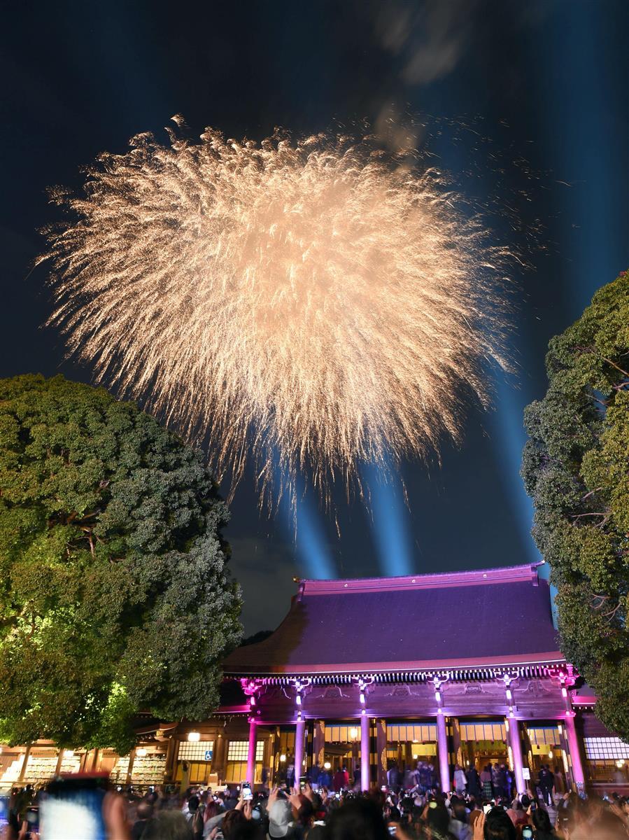 鎮座100年を記念して明治神宮で打ち上げられた花火=1日午後、東京都渋谷区(鴨川一也撮影)