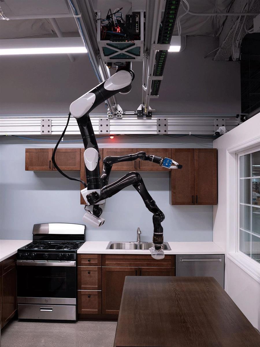 天井から吊るされたトヨタのロボットが、カウンターの拭き掃除に取りかかる。PHOTOGRAPH BY TOYOTA RESEARCH INSTITUTE