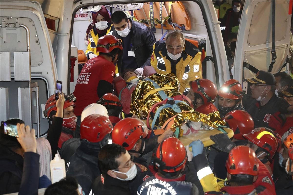 2日、トルコ西部イズミル県で、イディル・シリンさんを搬送する救助当局者ら(トルコ救助当局AFAD提供、AP)