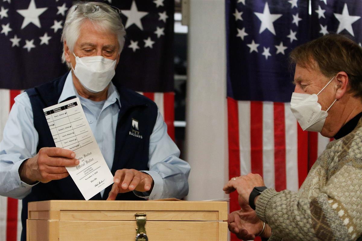 3日未明、米ディックスビルノッチで、大統領選に票を投じる有権者(ロイター)