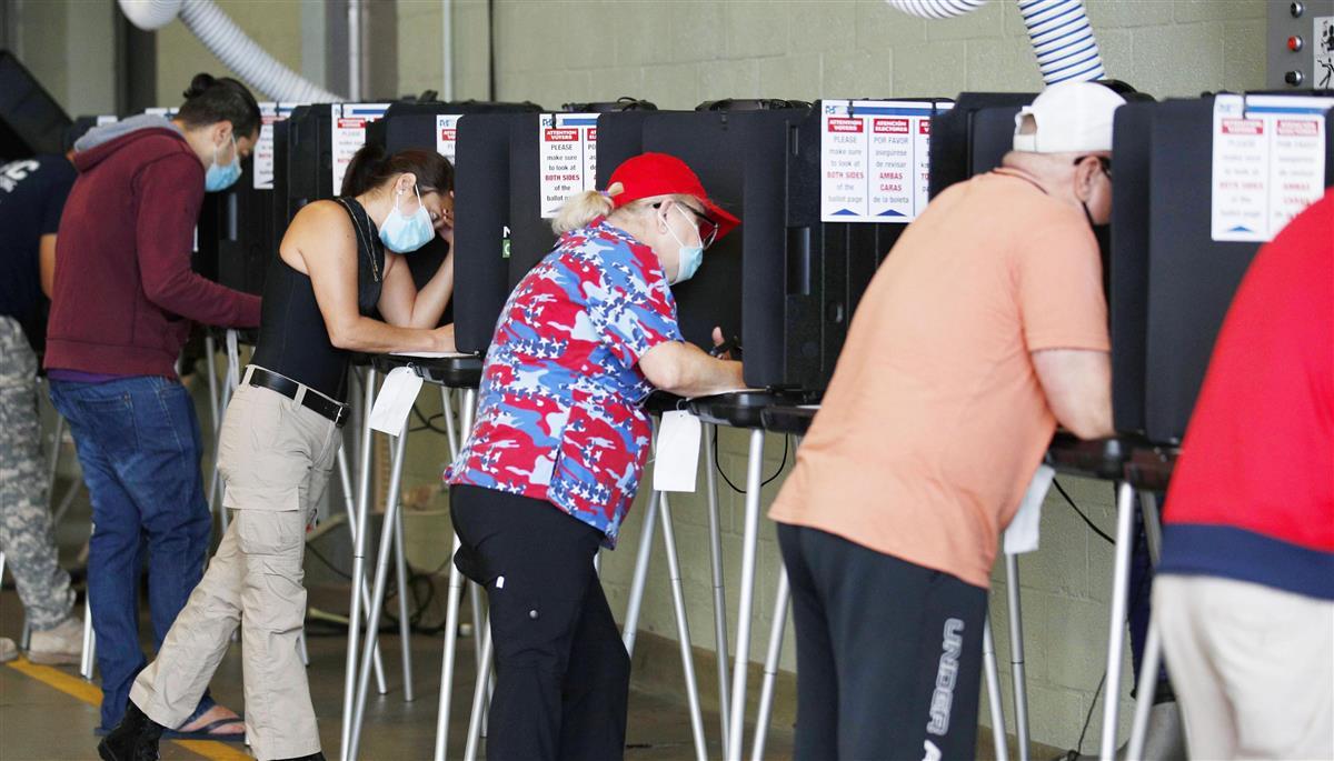3日、米フロリダ州の投票所で投票する有権者(AP)