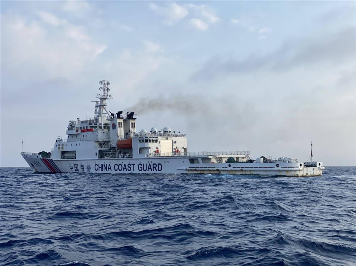 今年4月、尖閣諸島周辺の領海で日本漁船を追尾した中国海警局の巡視船(金城和司さん提供)
