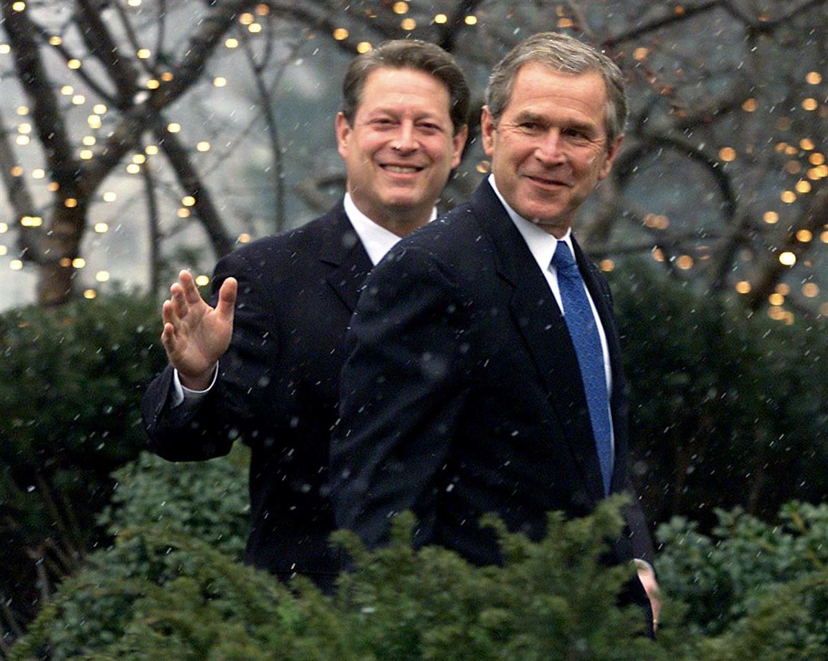 2000年12月19日、大統領選での勝利を決めホワイトハウスを訪れたブッシュ氏(右)を案内するゴア氏。これに先立ち、ゴア氏は司法判断を受けて敗北を認めた(ロイター)