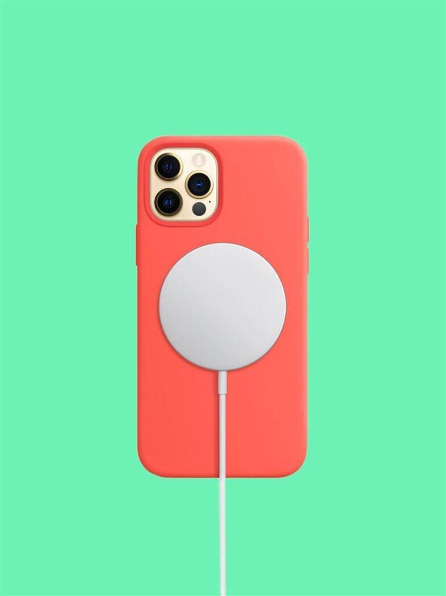 アップルのiPhone 12シリーズは、「Qi」規格のワイヤレス充電用コイルに磁石を組み合わせたユニットを内蔵しており、位置合わせを不要にしている。PHOTOGRAPH BY APPLE