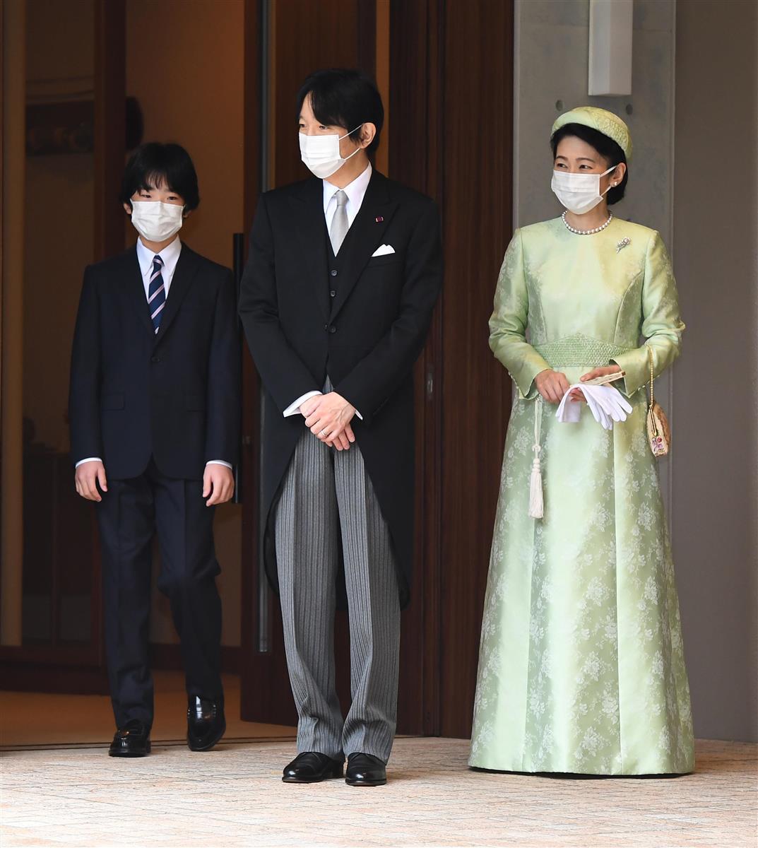 宮邸を出発される秋篠宮ご夫妻と見送られる悠仁さま=8日午前9時17分、東京都港区(代表撮影)