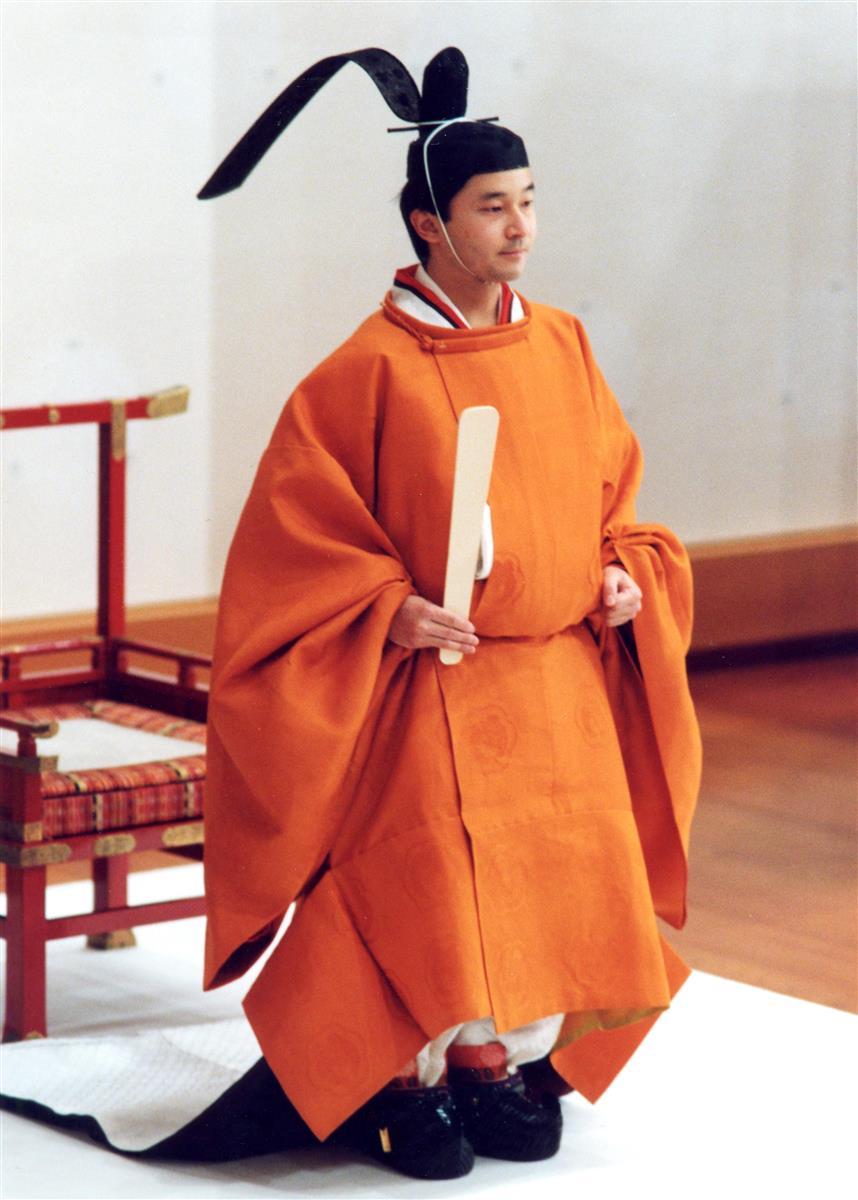 皇太子の装束である黄丹袍を着用し、立太子の礼に臨まれる天皇陛下=平成3年2月23日、皇居・宮殿「松の間」