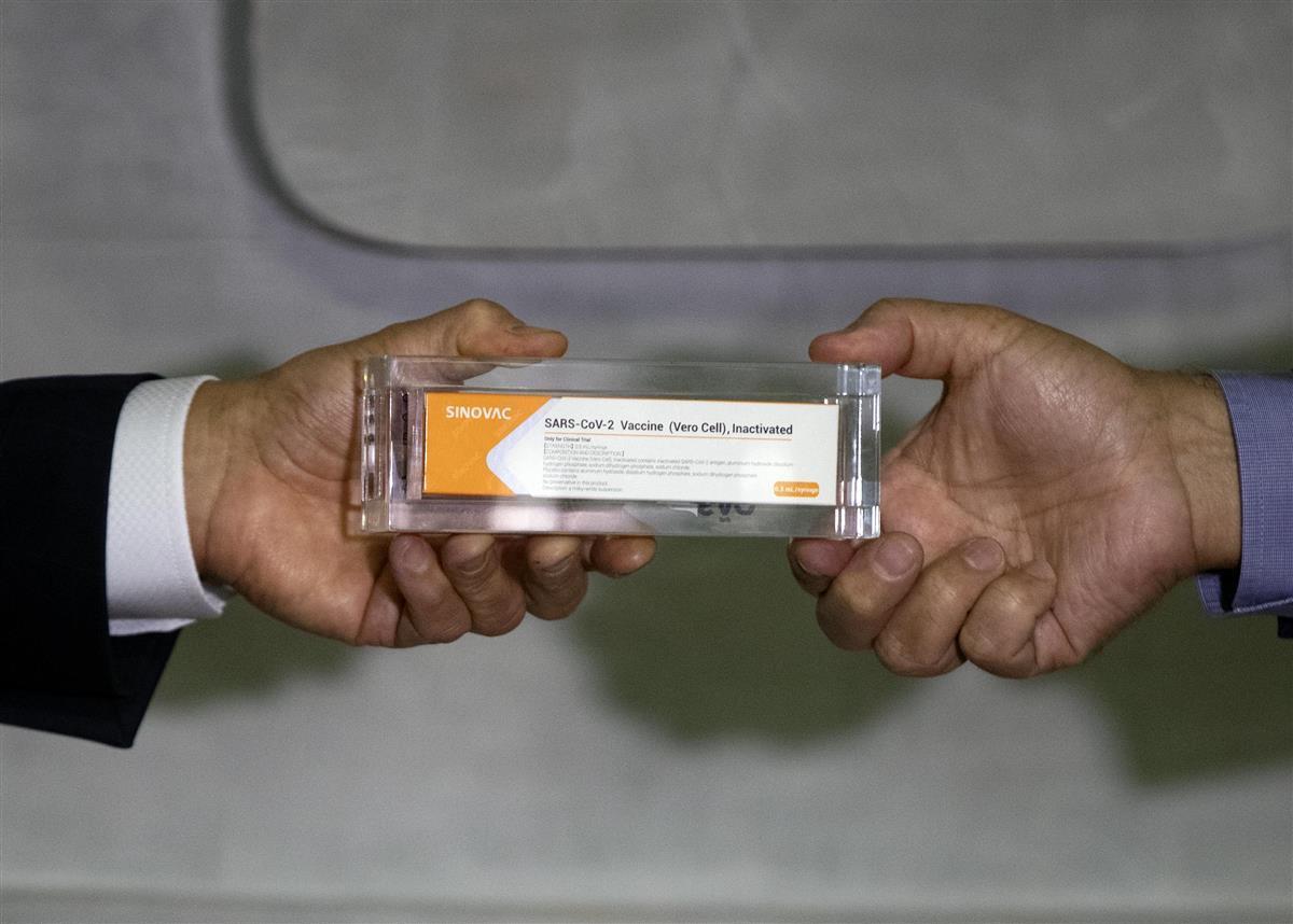 9日、ブラジル・サンパウロでの会見で示された中国の科興控股生物技術のワクチン(AP)