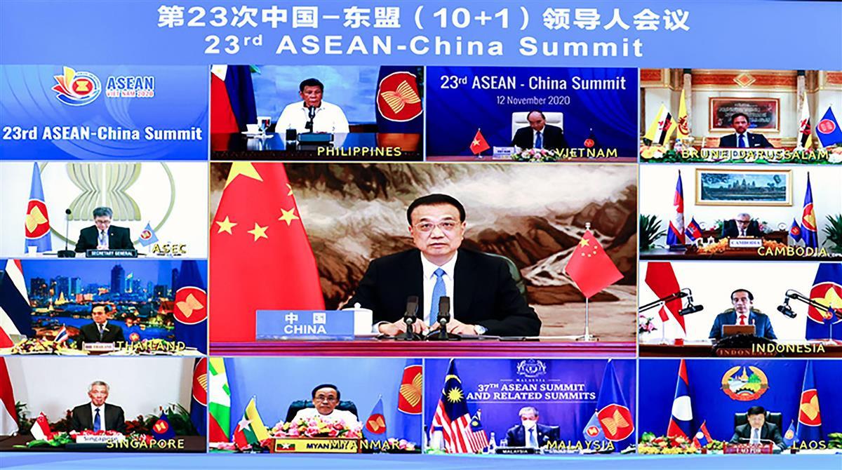 オンライン形式で開かれたASEANとの首脳会議に臨む中国の李克強首相(中央)=12日(中国政府のホームページから、共同)