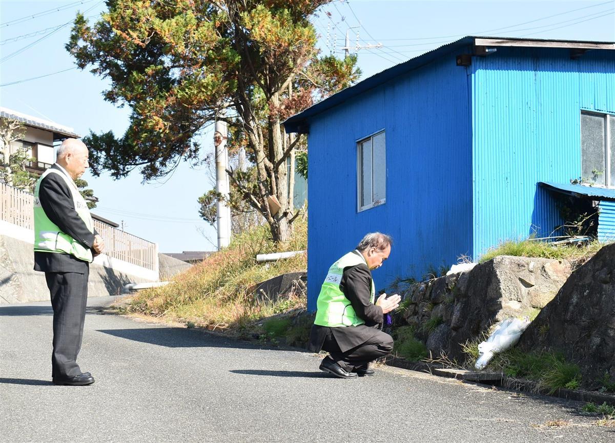 遺体の発見現場で献花し、手を合わせる奈良市立富雄北小学校の後藤誠司校長(右)ら=奈良県平群町