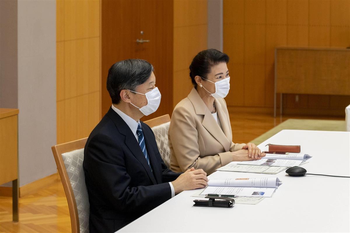 オンラインを活用し、日本赤十字社の医療関係者らと交流された天皇、皇后両陛下=18日午後、赤坂御所(宮内庁提供)