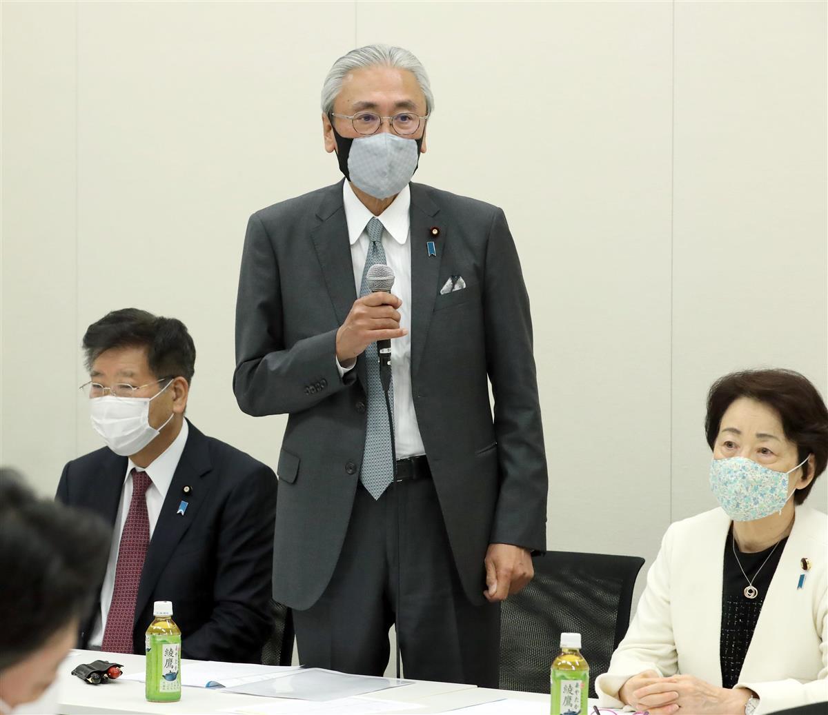 日本ウイグル議連の総会で発言する古屋圭司会長(中央)=18日午後、国会内(春名中撮影)