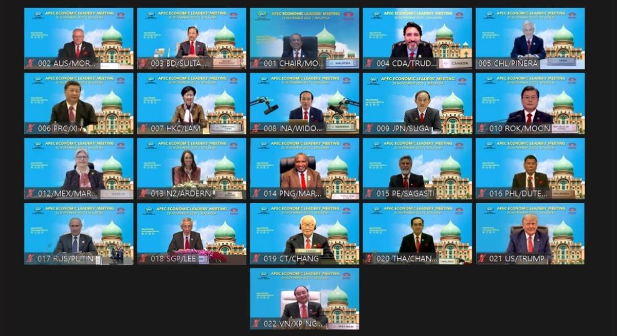 テレビ会議方式で行われたAPEC首脳会議で、画面に映し出される参加21の国・地域首脳=20日、マレーシア・クアラルンプール(ロイター)