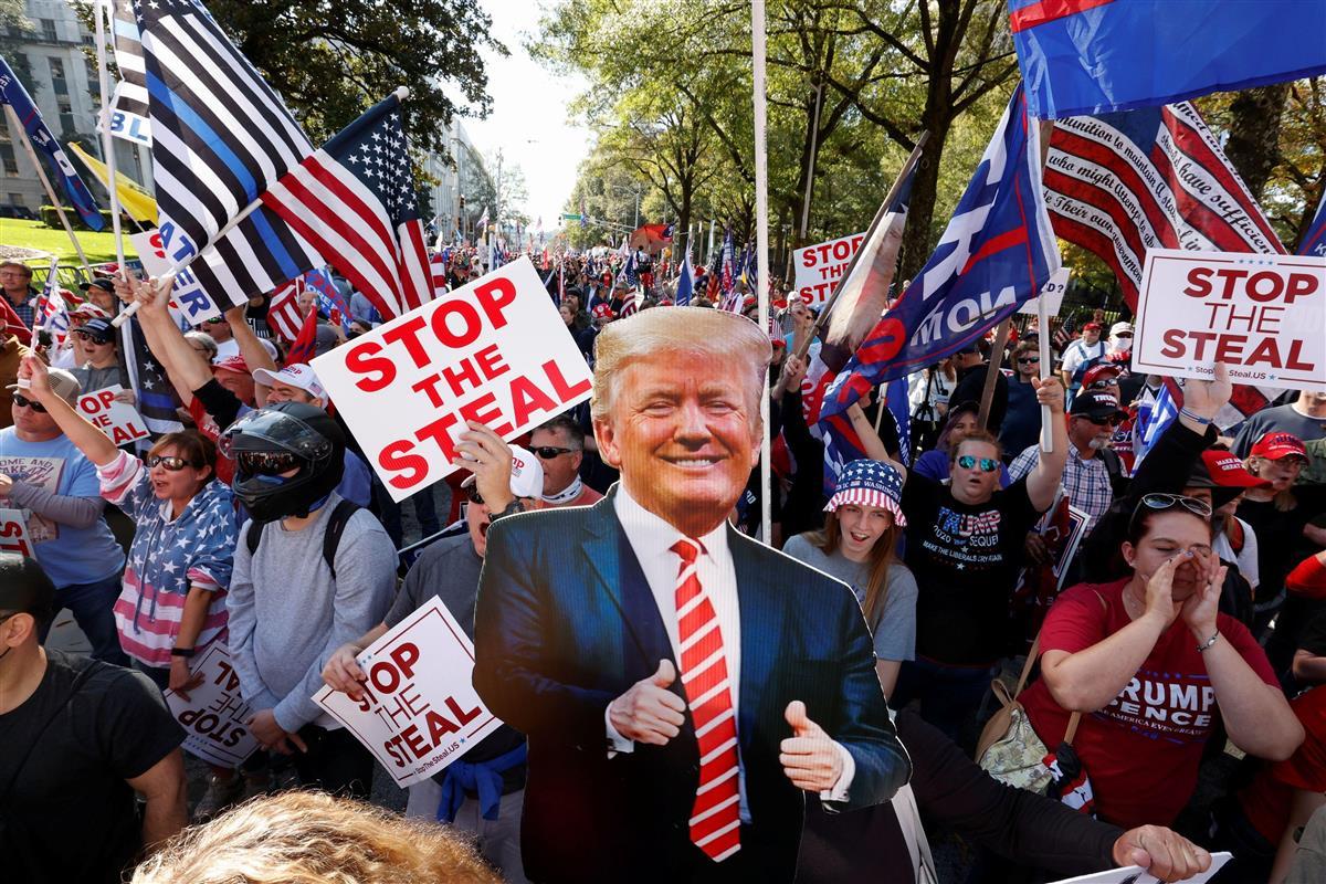 21日、米南部アトランタで、大統領選の結果に抗議するトランプ大統領支持者ら(ロイター)