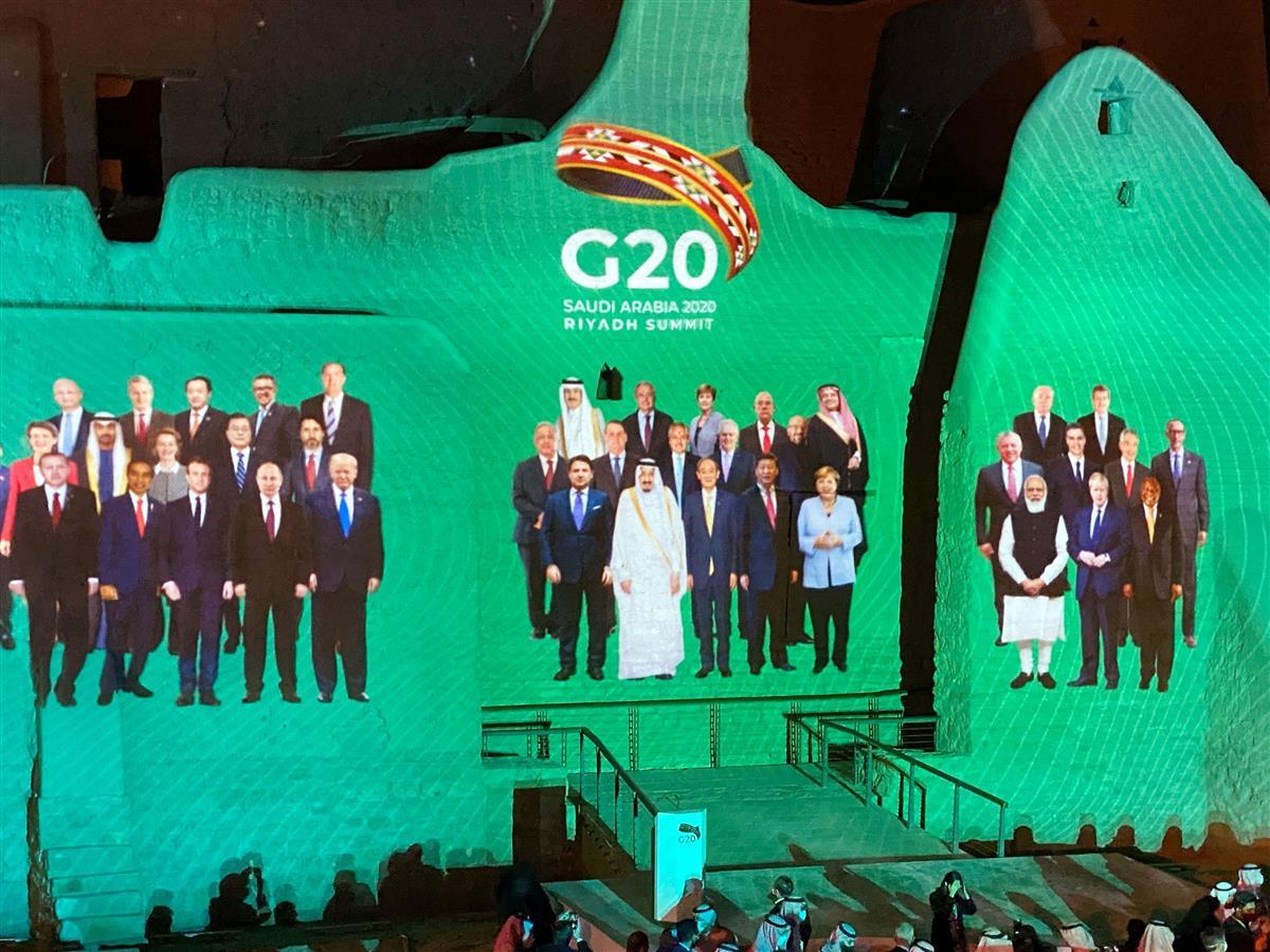 オンライン方式で開催されたG20サミットで、議長国サウジアラビアの世界遺産の宮殿には、各国首脳が一堂に会した形に編集された仮想の「集合写真」が投影された=20日(ロイター)