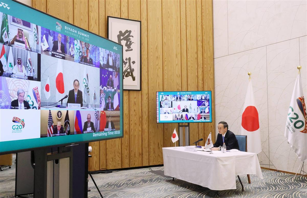 オンラインで開催されたG20サミットで発言する菅義偉首相=21日夜、首相官邸(内閣広報室提供)