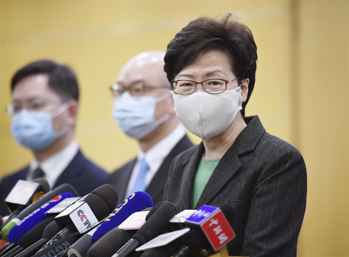 香港政府の林鄭月娥行政長官(右、共同)