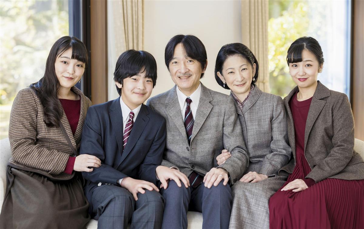 55歳の誕生日を迎えられた秋篠宮さまとご一家=赤坂御用地の宮邸(宮内庁提供)