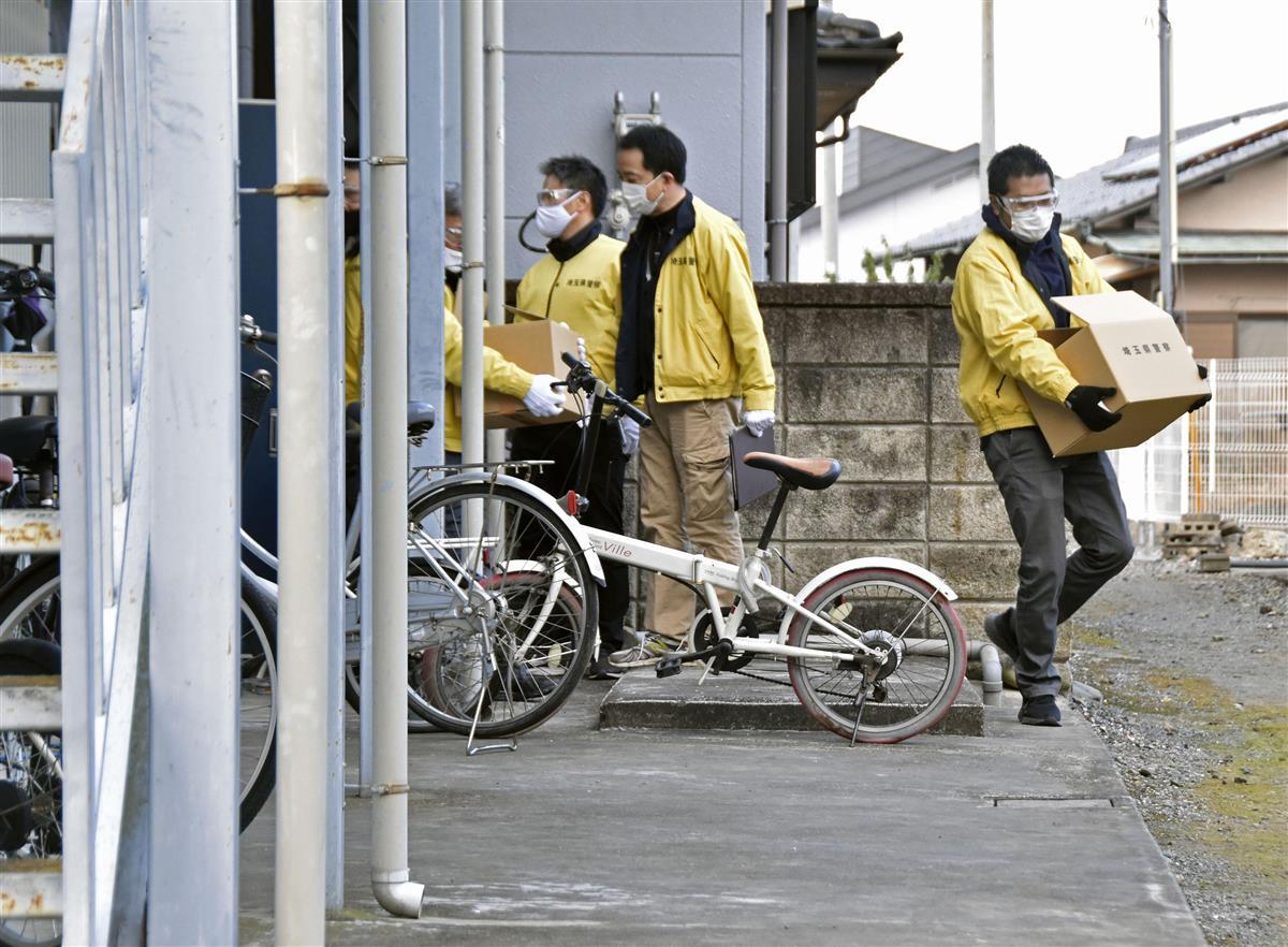 逮捕されたベトナム人らのアパートを家宅捜索する埼玉県警の捜査員=2日午前、群馬県伊勢崎市