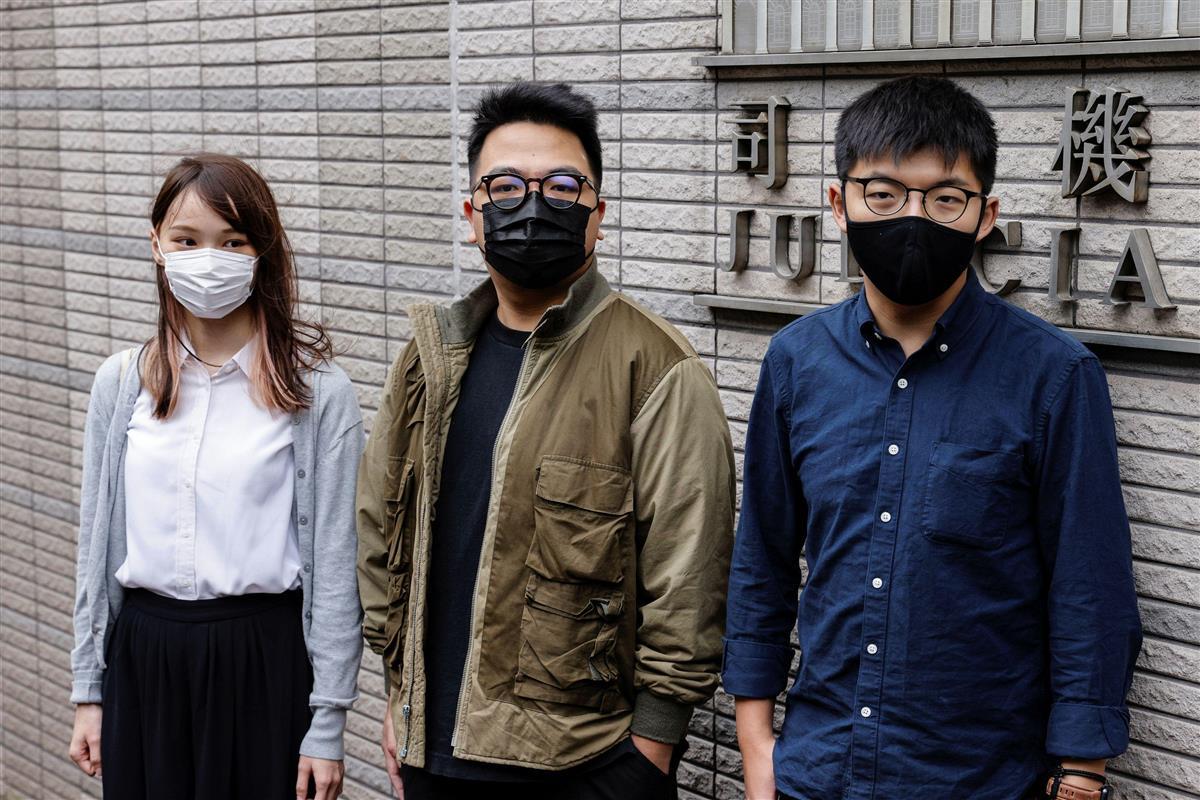 11月23日、香港の裁判所に到着する(左から)周庭氏、林朗彦氏、黄之鋒氏(ロイター=共同)