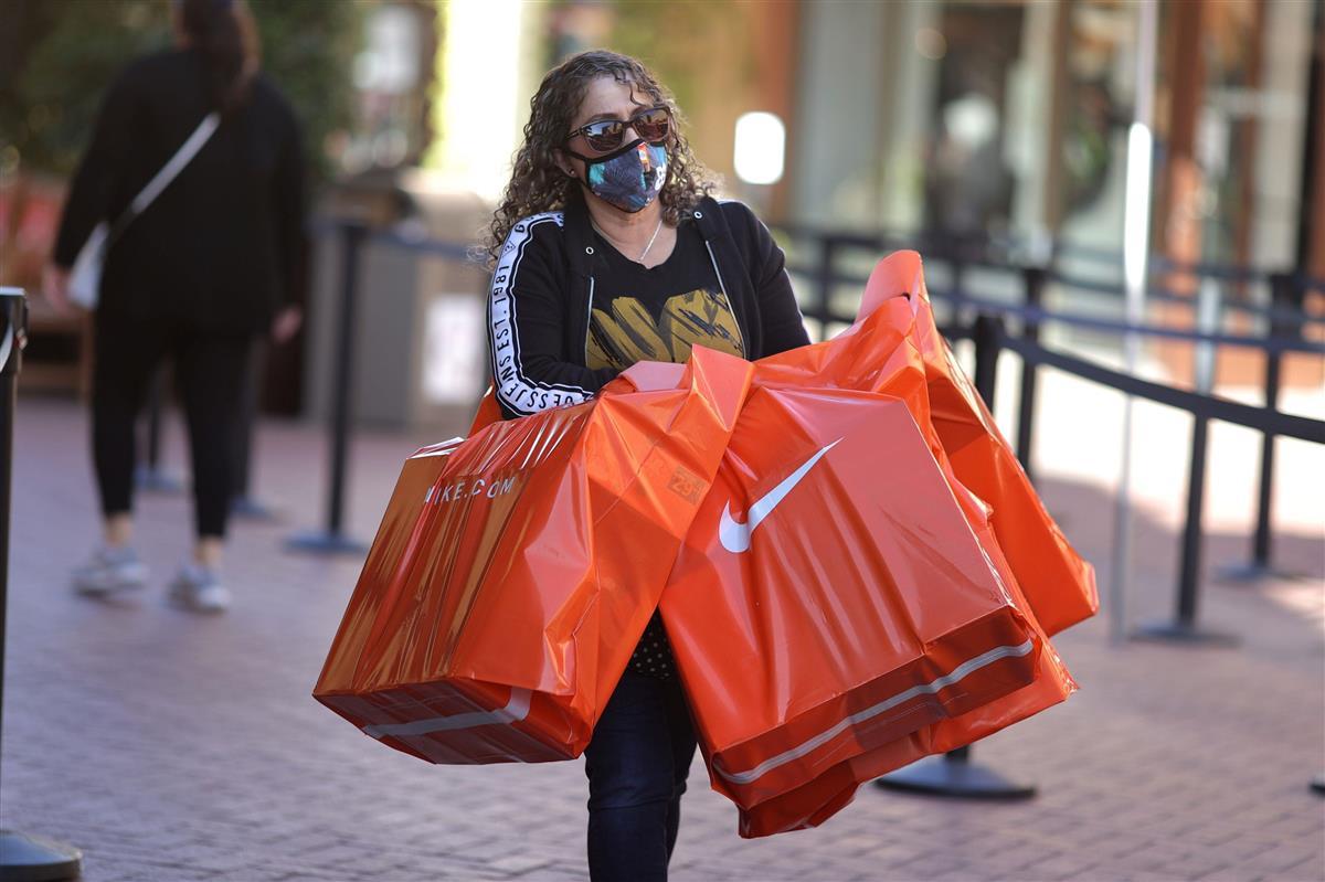 ショッピングモールでナイキ製品を買い込む女性客=3日、米カリフォルニア州(ロイター)