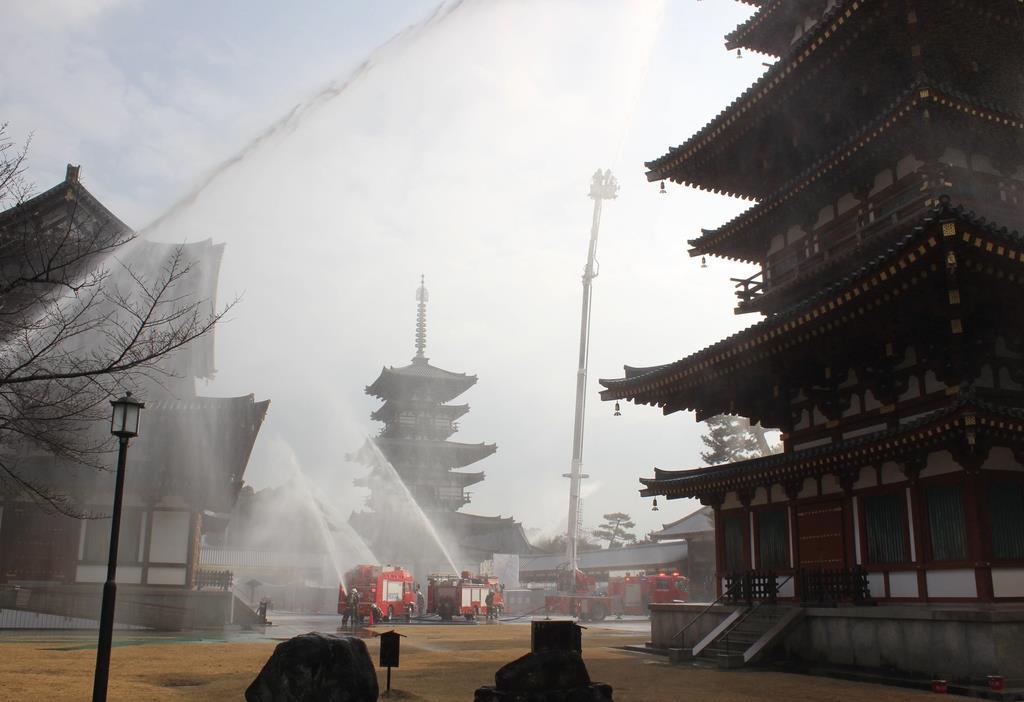国宝・東塔の落慶法要を今春に控え、薬師寺で実施された消防訓練=1月20日、奈良市