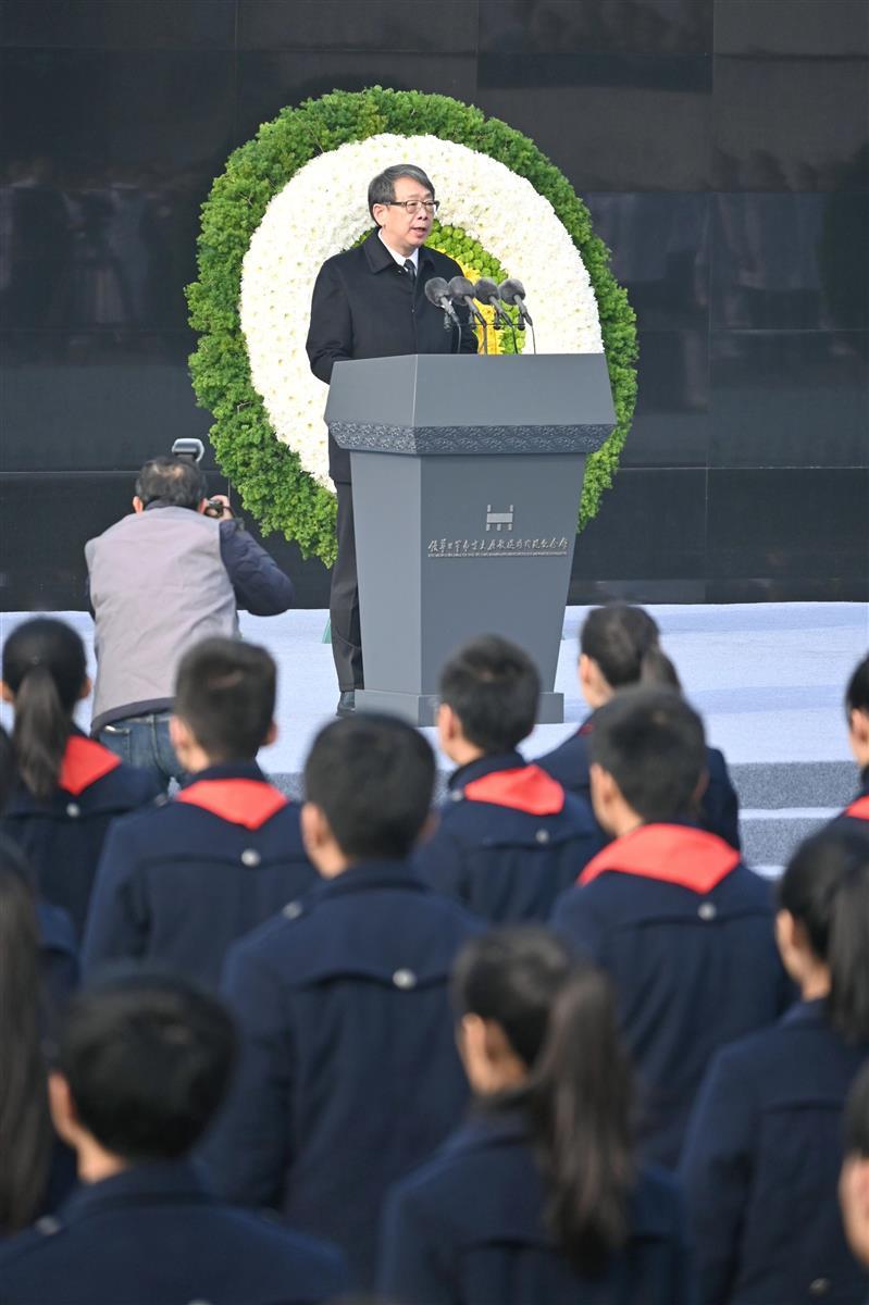 13日、中国江蘇省南京市の南京大虐殺記念館で行われた追悼式典で演説する陳希・共産党中央組織部長(共同)