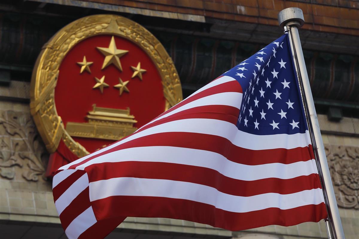 中国の国章(奥)と米国の星条旗(AP)