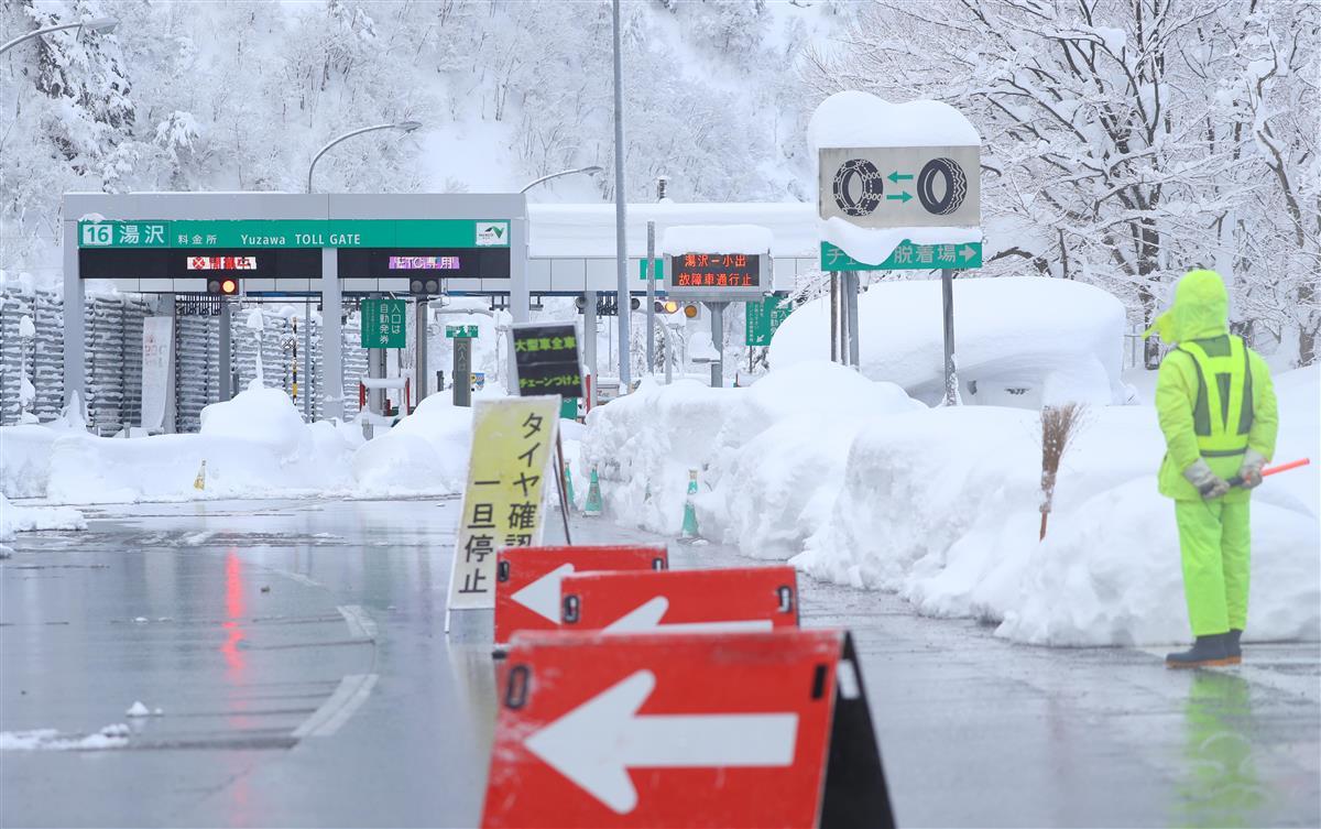 大雪で通行止めとなっている関越自動車道の湯沢インターチェンジ=18日午前、新潟県湯沢町(萩原悠久人撮影)
