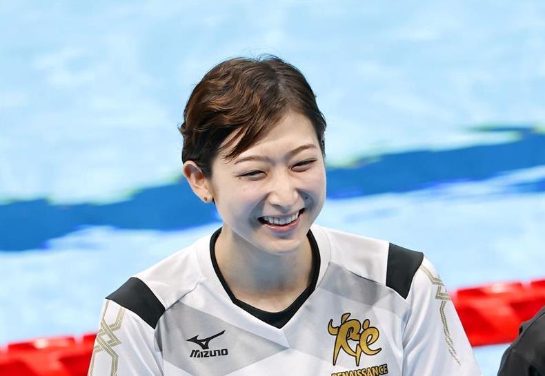 東京アクアティクスセンターの完成披露式典で、笑顔を見せる池江璃花子選手=10月24日、東京都江東区