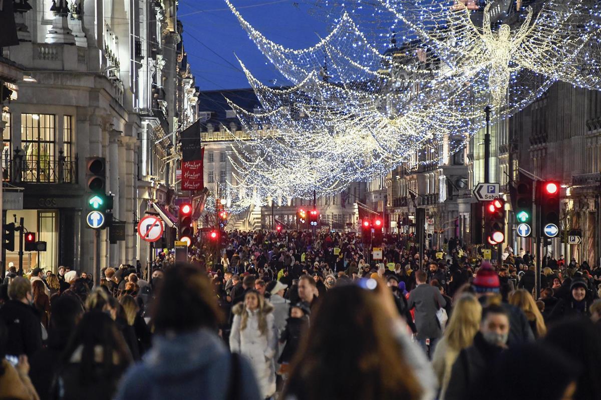 19日、英ロンドンの中心部で買い物に来た人たち(AP)