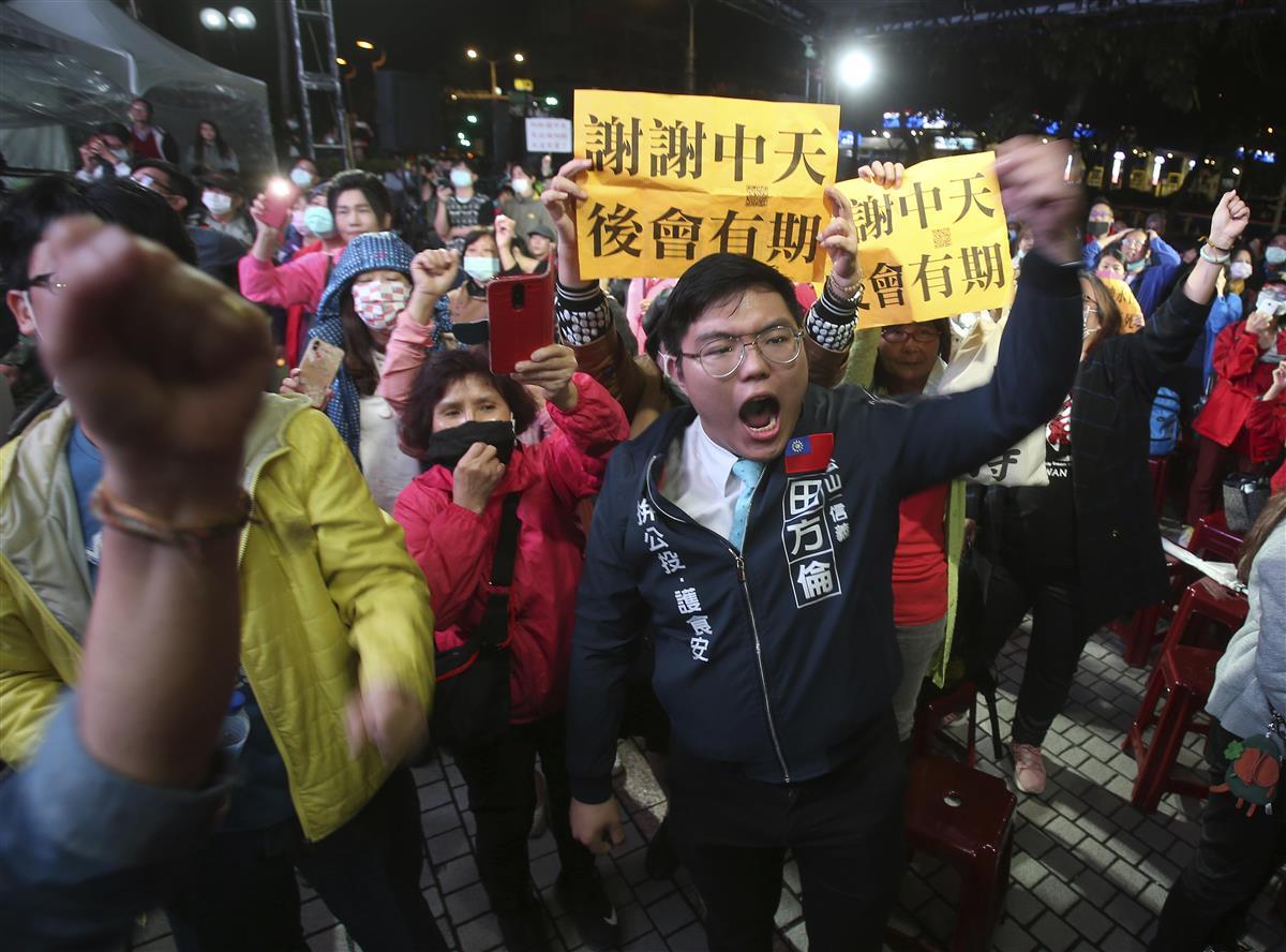 11日深夜、台北市内の中天テレビ前に集まった中天ニュースの支持者や国民党の党員ら(AP)