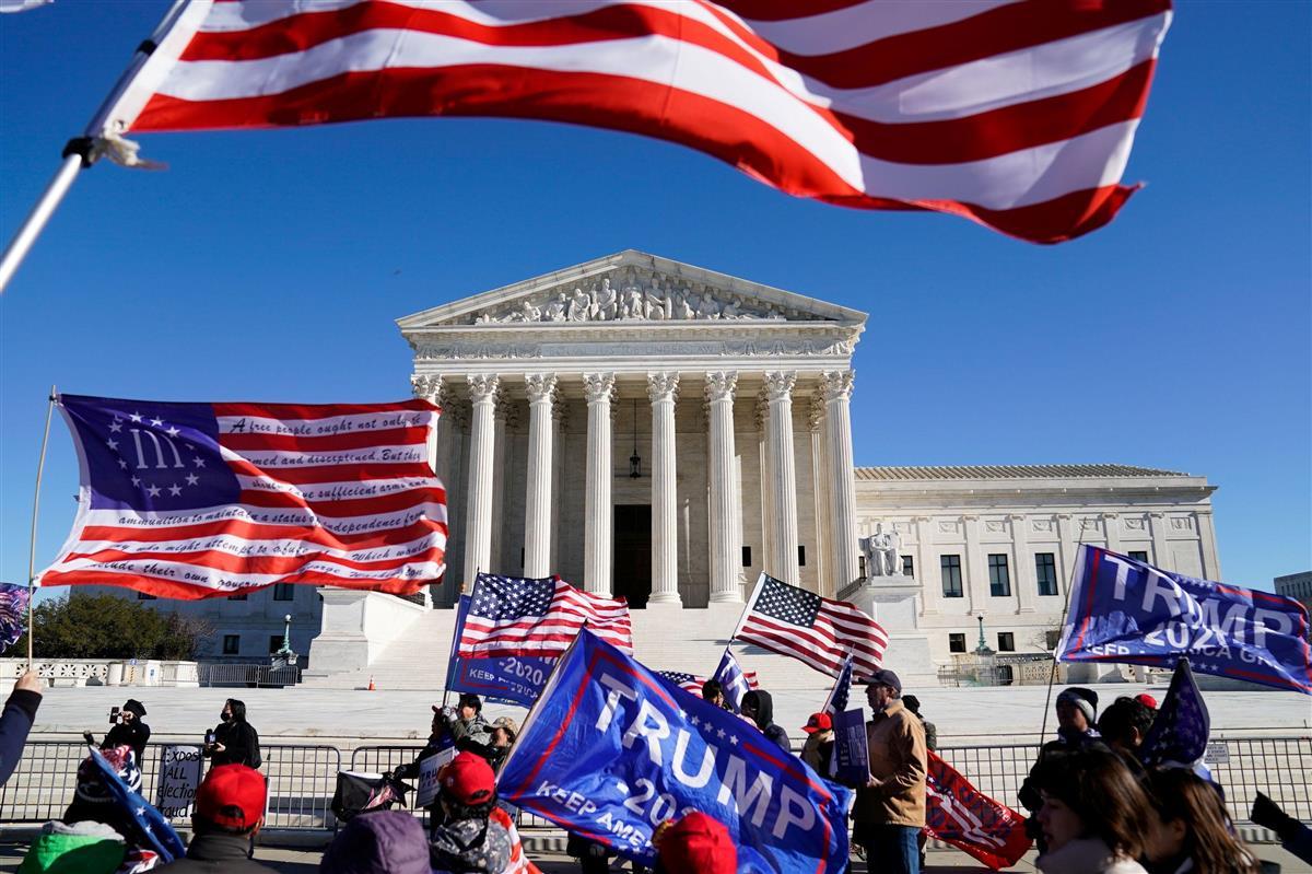 米ワシントンの連邦最高裁前で大統領選結果の不当性を訴えるトランプ氏支持者ら =12月8日(ロイター)