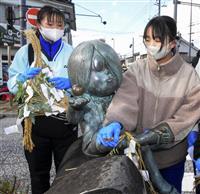 妖怪像ねぎらい新春準備 鳥取・境港の水木ロード、しめ飾り付け