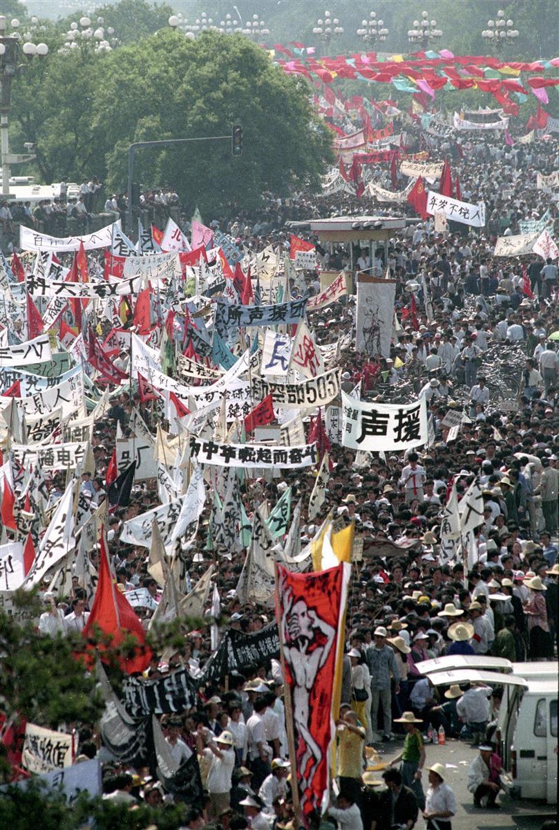 大規模デモに参加する学生、市民ら=1989年5月、北京(共同)