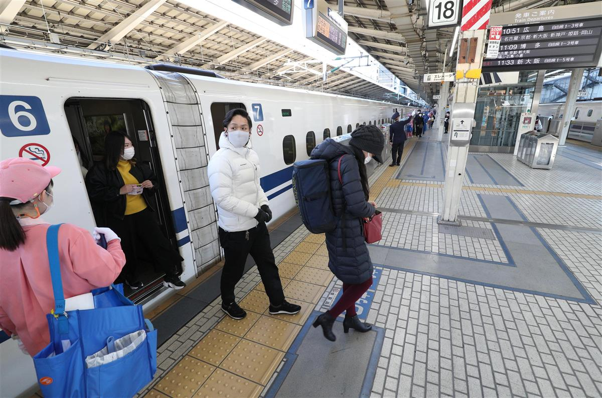 例年なら混雑するJR東京駅の東海道新幹線のホームは閑散としていた =2日午前10時36分(松井英幸撮影)