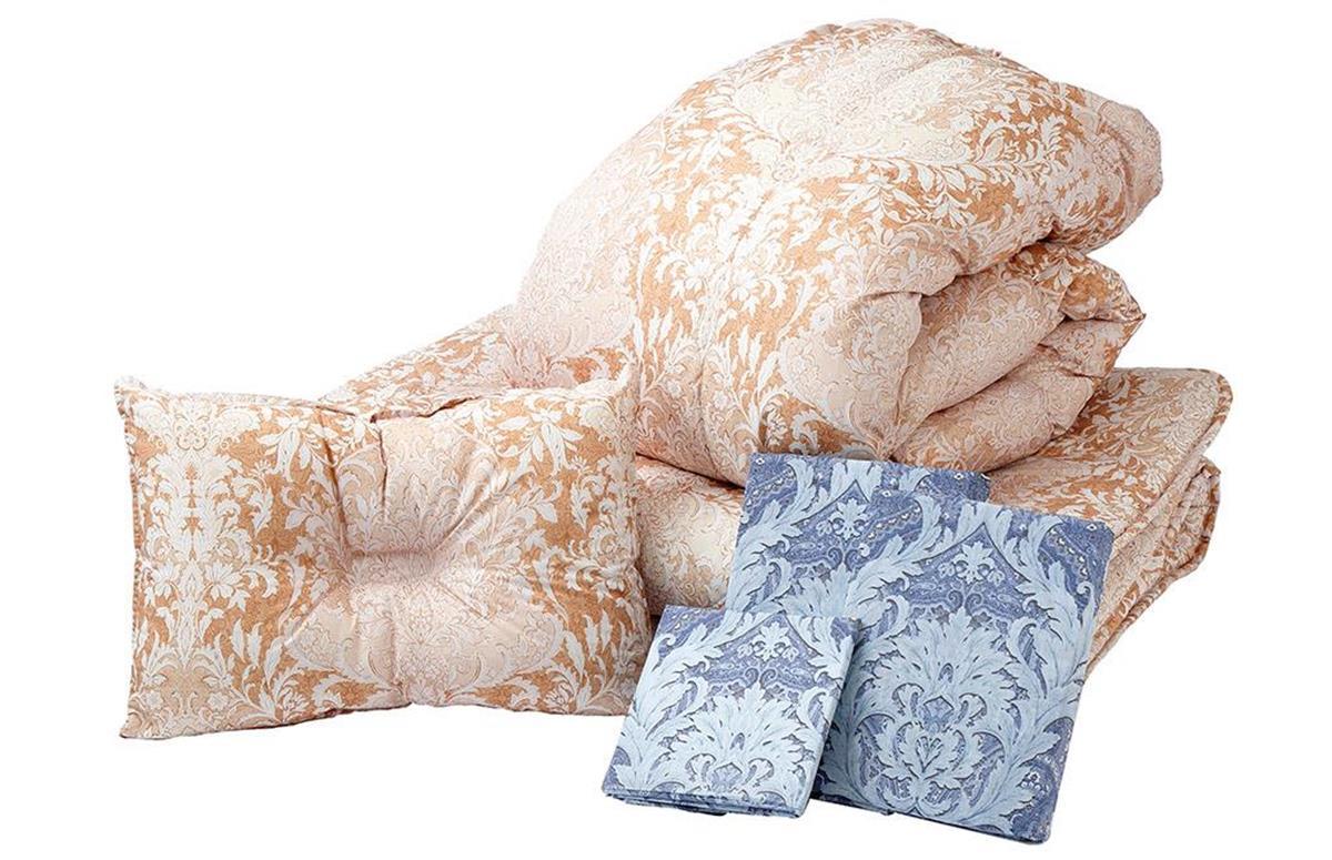 羽毛掛け布団、敷き布団、枕、そしてそれぞれのカバーが付いた寝具6点セット